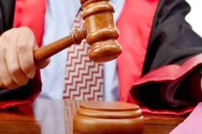 "Ambon, Malukupost.com - Majelis hakim Pengadilan Negeri Ambon, Rabu (11/9), memvonis 4 tahun penjara terhadap Victor Latul dan Johan Tuhumury, terdakwa kasus narkoba golongan satu yang ditangkap polisi karena memiliki satu linting ganja seberat 0,5 gram.    ""Menyatakan kedua terdakwa terbukti secara sah dan meyakinkan bersalah melanggar Pasal 112 Undang-Undang Nomor 39 Tahun 2009 tentang Narkotika,"" kata majelis hakim Pengadilan Negeri Ambon yang diketuai R.A. Didi Ismiatun didampingi Christina Tetelepta dan Amaye Yambeyabdi selaku hakim anggota."