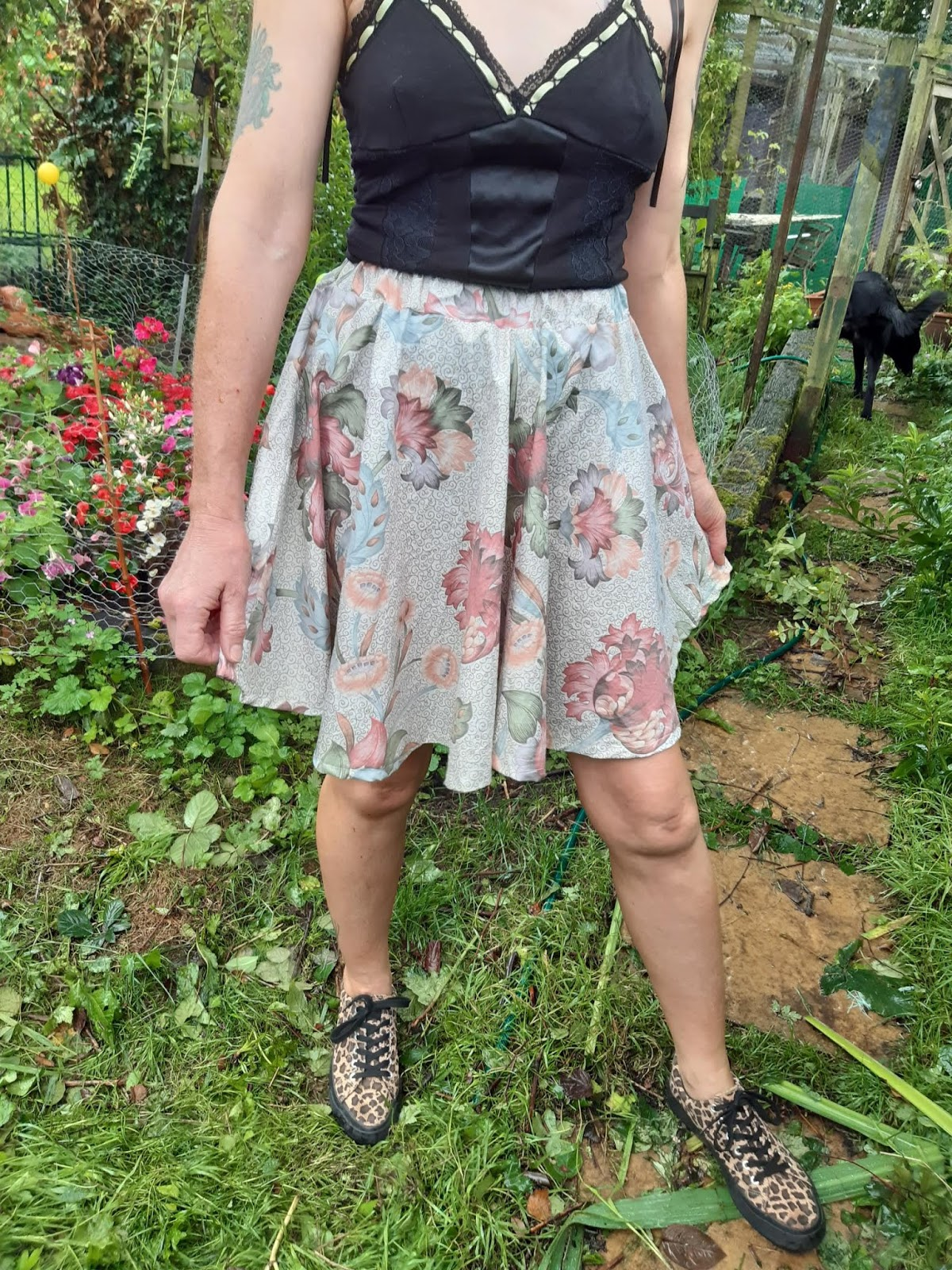 https://brackencrafts.blogspot.com/2019/07/how-to-make-self-drafted-elastic-waist.html