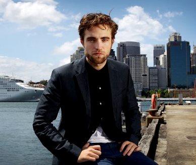 Foto de Robert Pattinson cerca al mar