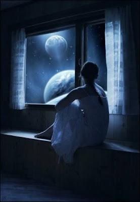 Uma jovem tristecontempla a noite pela janela do seu quarto.