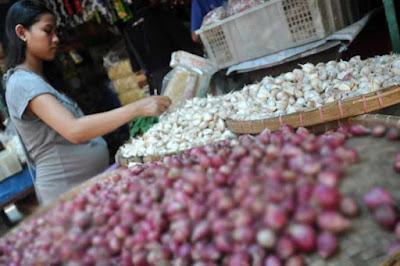 Ambon, Malukupost.com - Harga bawang merah maupun putih yang ditawarkan para pedagang di pasar tradisional Kota Ambonkini mulai bergerak naik.    Pantauan di pasar Mardika, Batumerah dan pasar Gotong royong, Selasa (19/11) pagi, para pedagang mematok harga bawang merah dan bawang putih mulai dari Rp34.000 hingga Rp36.000/Kg, sedangkan eceran Rp5.000/kantung plastik kecil.