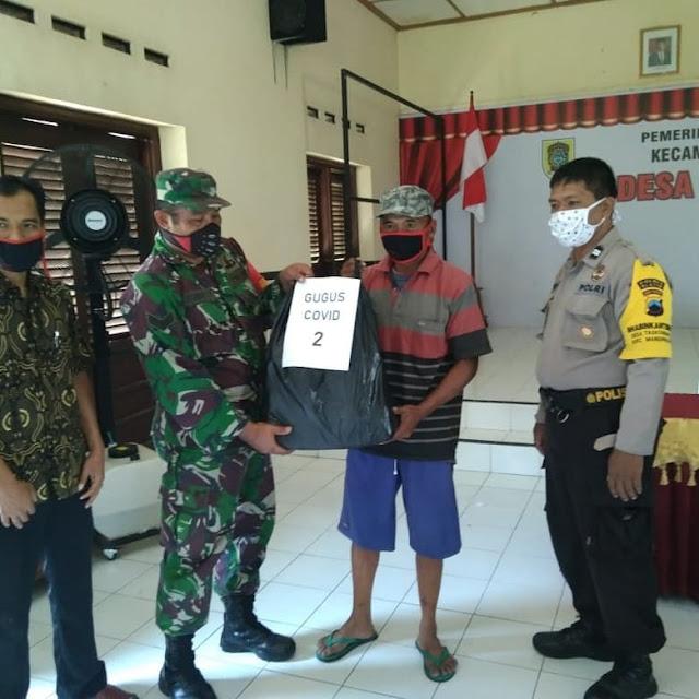 Babinsa dan Pemdes Manisrenggo Bagi - Bagi  Masker Guna Pencegahan Covid-19 Di Wilayah Desa Taskombang