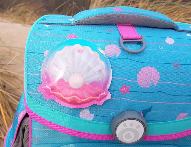Einschulung 2021: Ein Meerjungfrauen-Schulranzen für unser Küstenmädchen. Das blinkende Muschel LED Patchy passt super zum hellblau-pinken Ranzen!