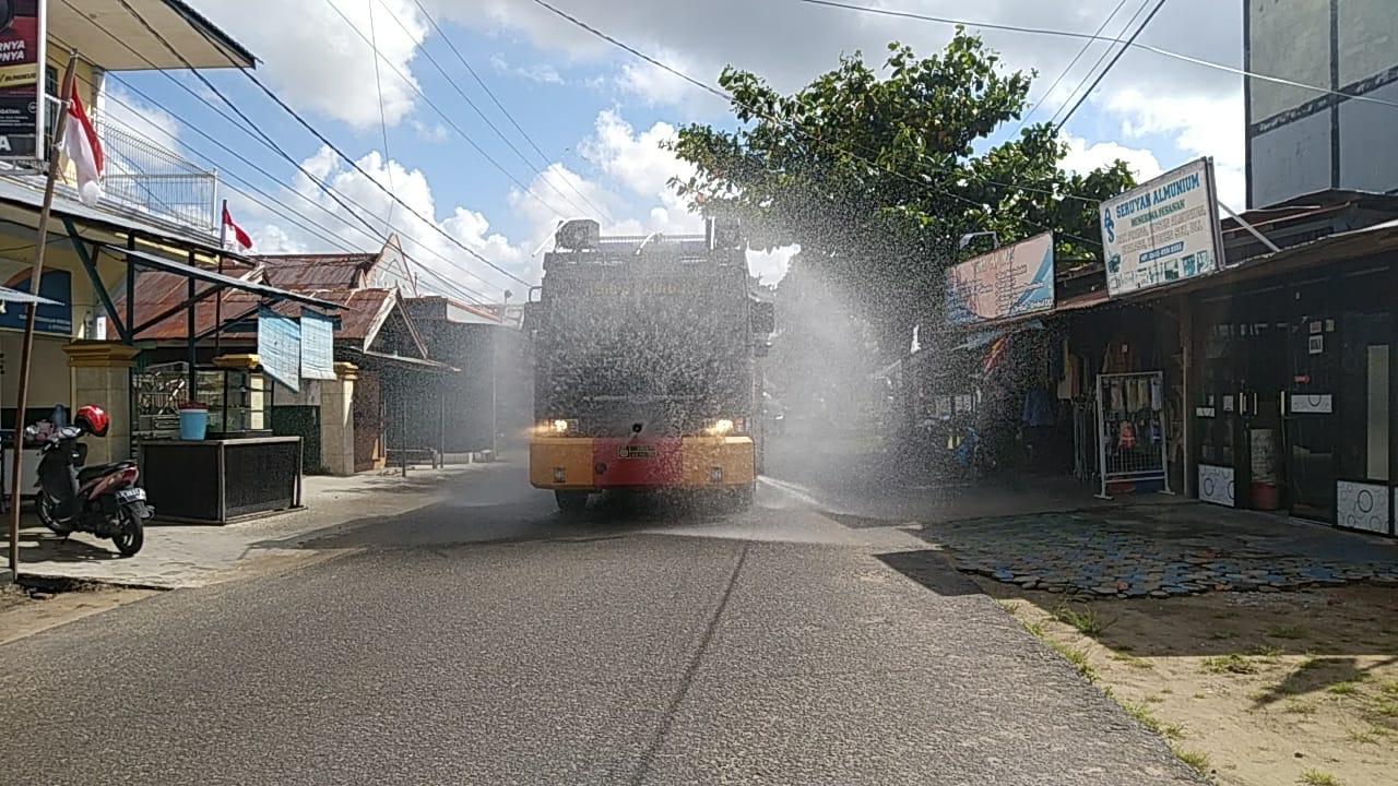 Sat Sabahara Polres Seruyan menggunakan mobil AWC Lakukan Penyemprotan Desinfektan di Jalan-Jalan Protokol