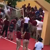 Tremenda pelea entre estudiantes se origina en un Centro Educativo de Nagua.
