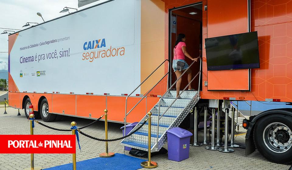 Caixa Seguradora leva cinema gratuito sobre rodas para Espírito Santo do Pinhal (SP)