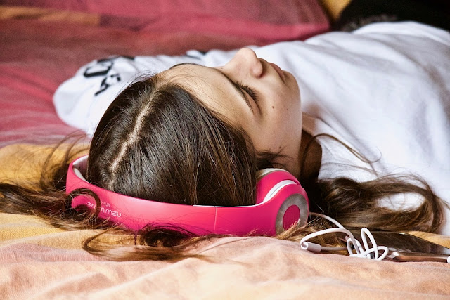 7 Easy Tips To Get Your Sleep Cycle Back On Track