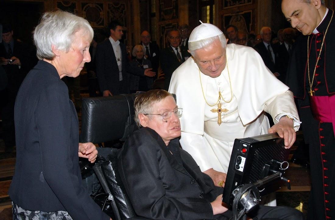 Stephen Hawking gặp Đức Giáo Hoàng Benedict XVI ở Vatican vào năm 2008. Hình ảnh: Olycom SPA/Rex/Shutterstock.