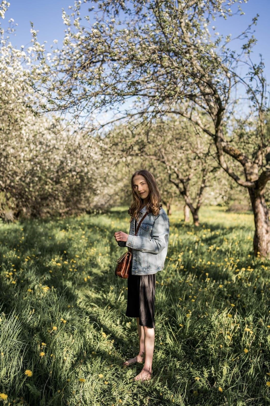 Fashion blogger summer outfit, apple garden, vintage handbag - Muotibloggaaja, kesämuoti, omenapuutarha, vintage-laukku