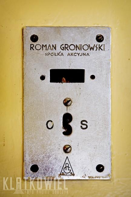 Bydgoszcz. Przedwojenna winda z firmy Romana Groniowskiego z Warszawy.