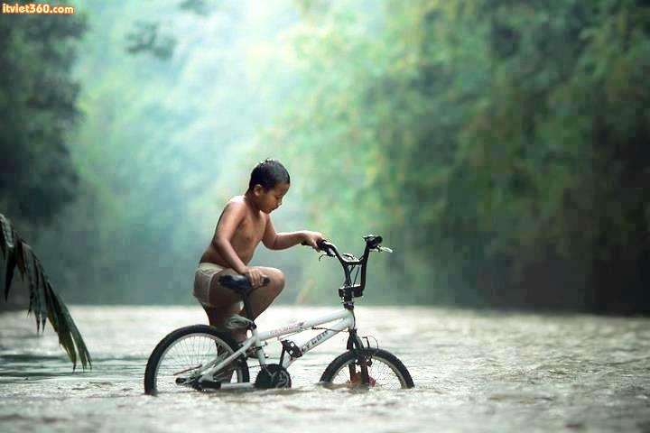 """Chùm hình ảnh đẹp nghệ thuật về """"tuổi thơ tôi"""" ngập lụt"""