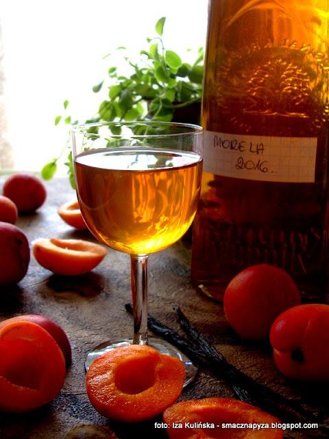 nalewka z moreli, morelówka, morele, alkohol, nalewki domowe, spiżarnia, przetwory, wódka smakowa, wódka owocowa
