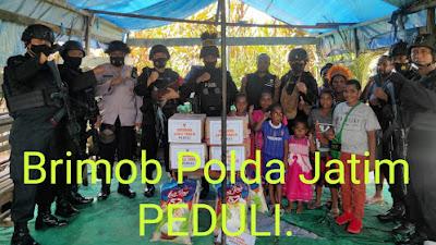 Satbrimob Polda Jatim PEDULI  Saat Melaksanakan Tugas BKO di Distrik Dekai Yahukimo Papua