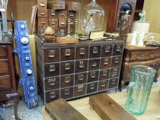 Mueble cajonero de Comode en la feria de antiguedades de Burgos