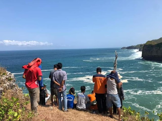 Asyik bermain air di pantai Ngluwen, di wisatawan terseret ombak