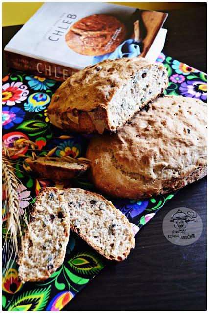 Chleb pszenno żytni z  ziarnami dyni i  suszoną aronią a także recenzja ksiażki CHLEB...
