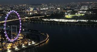 Singapure Flyer desde el Sands SkyPark del Marina Bay Sands Hotel. Singapore.