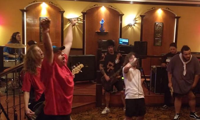 Una banda de Nü Metal toca en Restaurante Italiano
