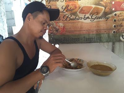 Durrahman dari Karawang lagi mencicipi kual pilek u aceh