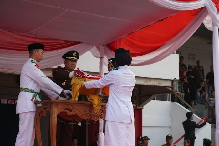 Kajari Lampung Selatan Pimpin Upacara Penurunan Bendera Merah Putih HUT RI Ke-74.