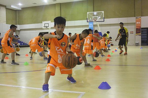Chơi bóng rổ tăng sức bền cho bé