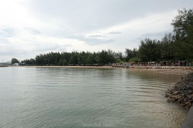 Pasir putih di Pantai Coastarina Batam