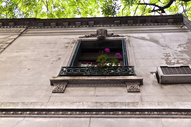 Ventana alta con flores