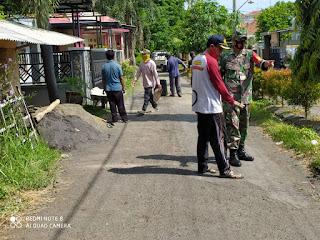 Koramil 0820/12 Kraksaan Utus Babinsa Bantu Perbaikan Jalan Desa