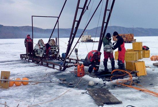 Scienziati russi installano telescopio nel lago Baikal