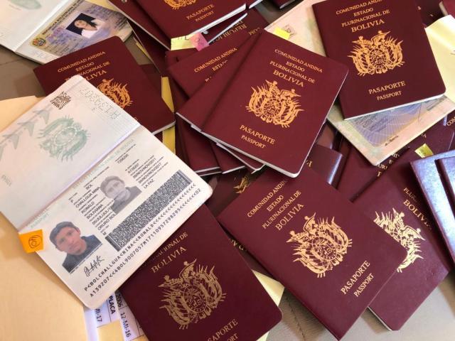 Decenas de pasaportes bolivianos revisados por el embajador de Guaidó en La Paz / RRSS
