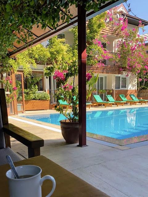 Уютный бассейн в отеле Ten Apart Hotel