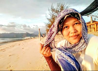 Update koleksi selfie, di momen berburu senja di Gili Air