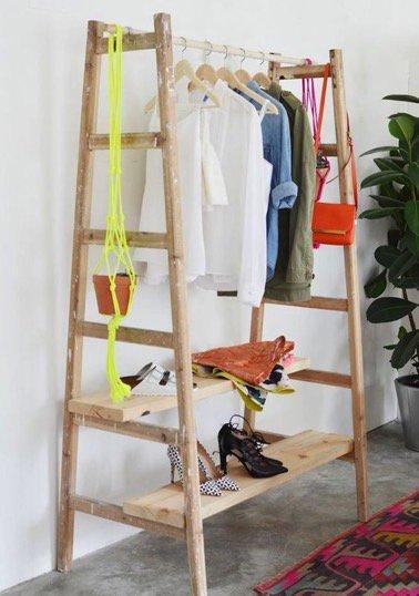 Deux échelles en bois, une tringle de rideau et deux planches de bois, voilà ce qu'il vous faut pour réaliser ce portant en bois afin de suspendre vos vêtements avec style