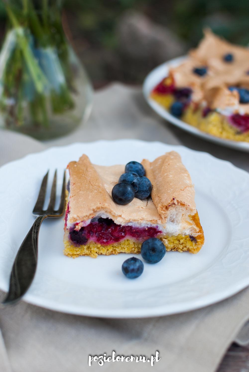 Półkruche ciasto z bezą i owocami