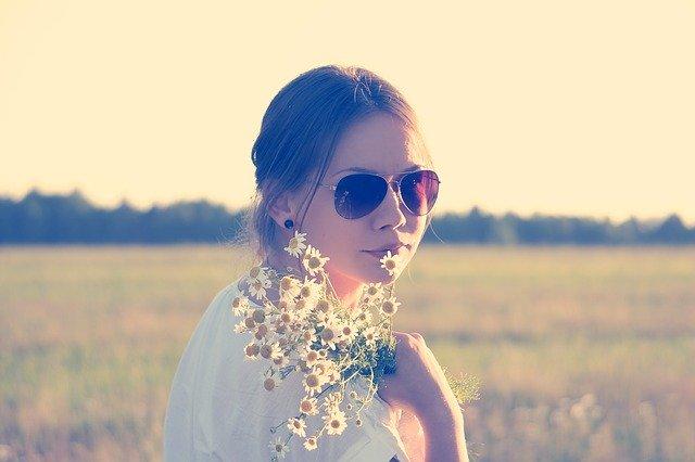 wanita berkaca mata menikmati harinya sendirian