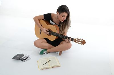 Perbedaan Senar Gitar Nylon dan String - Tips dan Cara