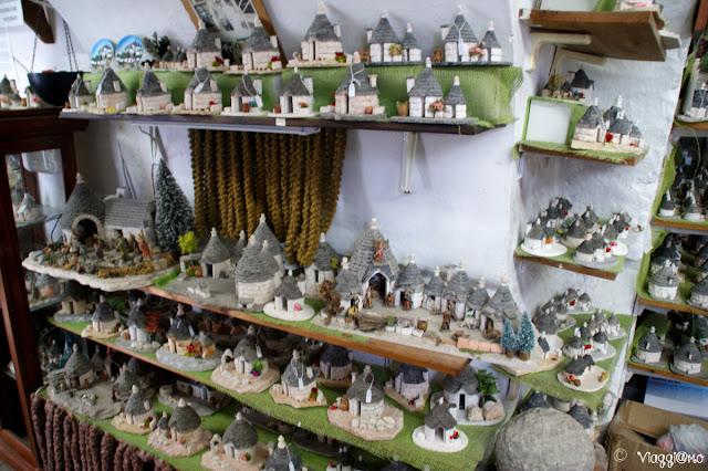 Tipico negozio di produzione artigianale di piccoli trulli