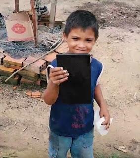 O menino quando recebeu o tablet