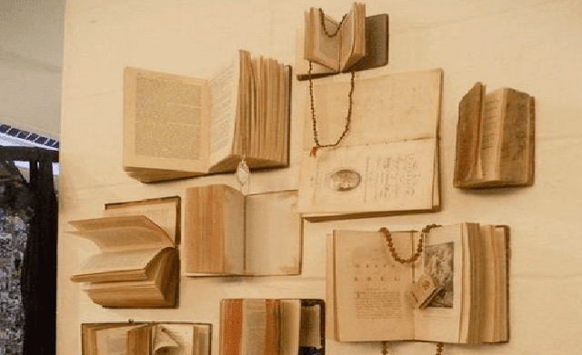 hiasan dinding buku