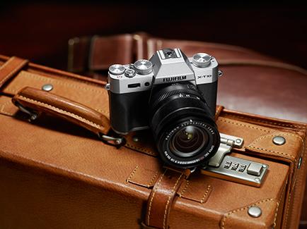 Gambar Kamera Fuji X-T10 diatas tas koper warna kulit, terlihat vintage