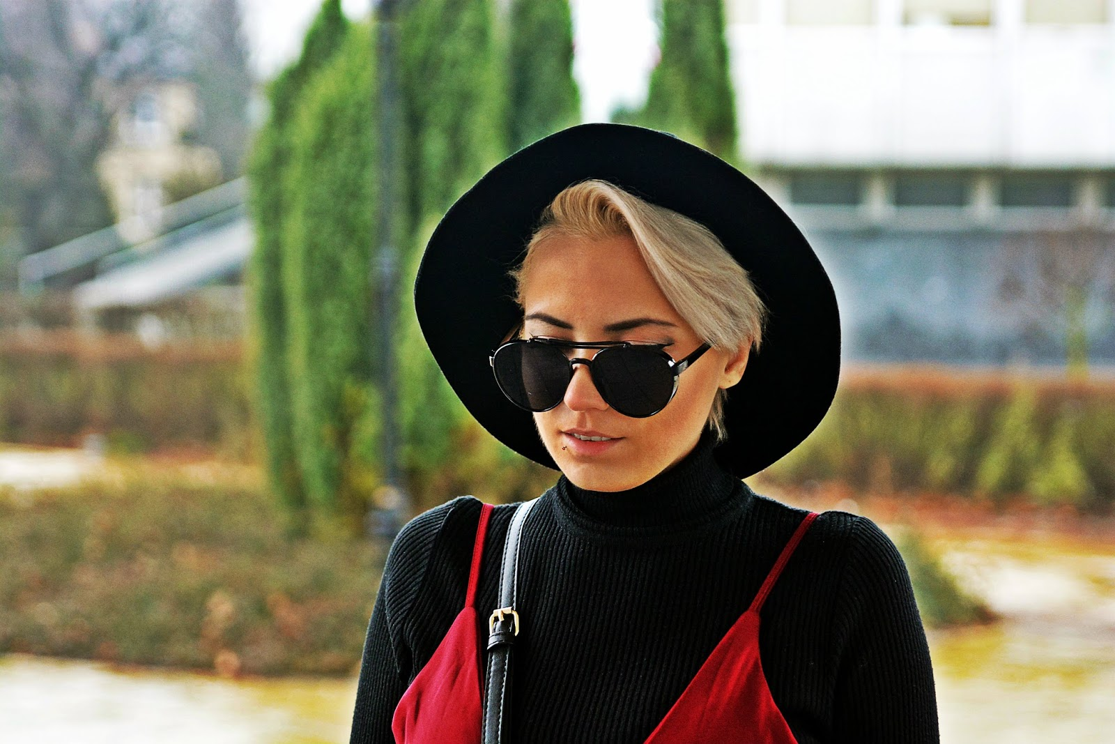 bordowa_sukienka_czarny_golf_torebka_ring_karyn_3