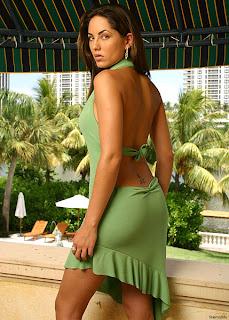 Barbara Mori en vestido verde escote espalda