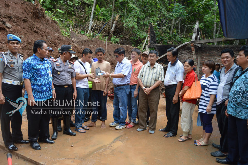 Komunitas Warga Tionghoa Kebumen Bantu Korban Tanah Longsor