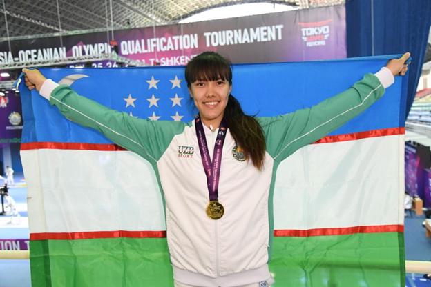 Esgrimista Zaynab Dayibekova segura bandeira do Uzbequistão ao levar vaga para Tóquio 2020