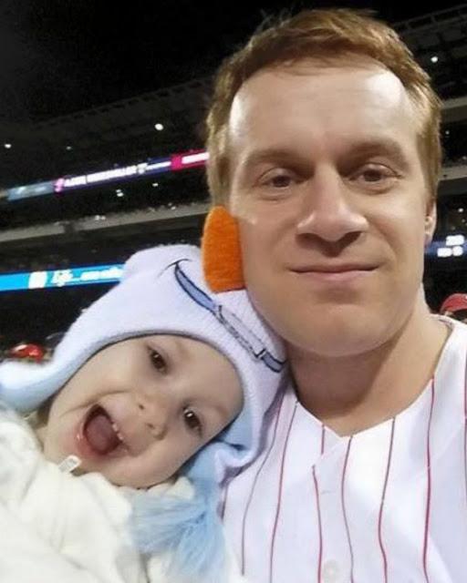 Hombre atrapa bola de beisbol mientras cuida a su hija