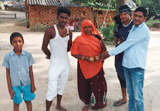 पीएम मोदी के जन्मदिन पर कार्यकर्ताओं ने बांटा फल  | #NayaSaberaNetwork
