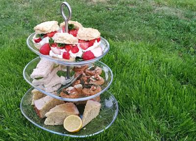 Etagere mit Gebäck zum Afternoon Tea: Pimm's Scones, Gurken-Sandwiches, Shortbreads mit Salbei, Blauschimmelkäse und Walnüssen, Lemon Drizzle Teacake