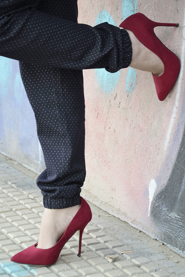 look-black-biker-stilettos-rojos-gafas-sol-blogger-trends-gallery