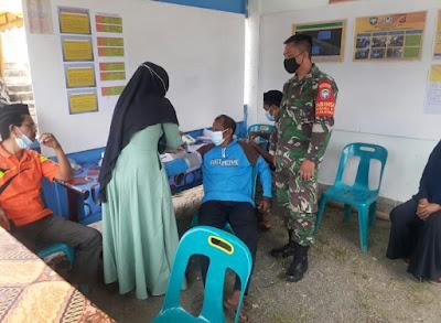 Babinsa Koramil 09/Samatiga Mengontrol Tim Yang Bertugas Di Posko PPKM