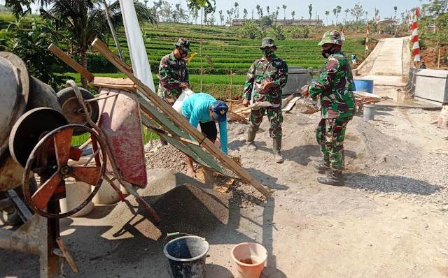 Meski Bukan Sasaran TMMD, TNI Dan Warga Perbaiki Jembatan